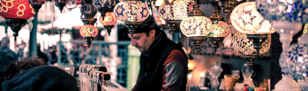 Türkischer Verkäufer an der Arbeit